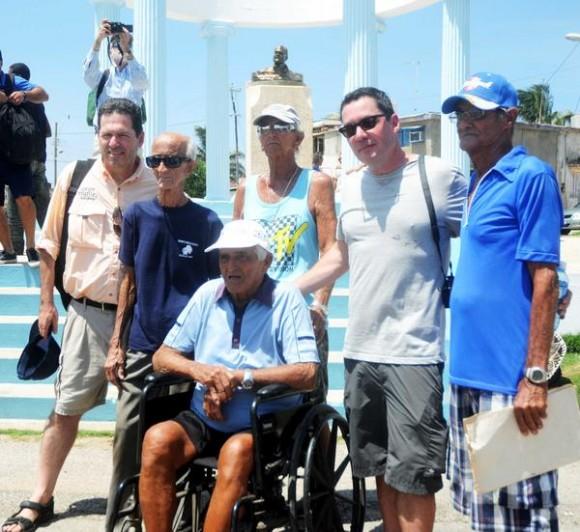 Patrick (I) y John (D) Hemingway, nietos del novelista estadounidense Ernest Hemingway, posan junto a varios pescadores que conocieron a su abuelo, en la localidad capitalina de Cojímar a donde arribaron para celebrar el aniversario 80 de la llegada de su abuelo a La Habana en el simbólico yate El Pilar. Cojimar, La Habana, Cuba, 8 de septiembre de 2014. AIN FOTO/Oriol de la Cruz ATENCIO