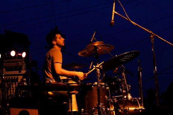 Oliver Valdés en la batería. Foto: Alejandro Ramírez Anderson.
