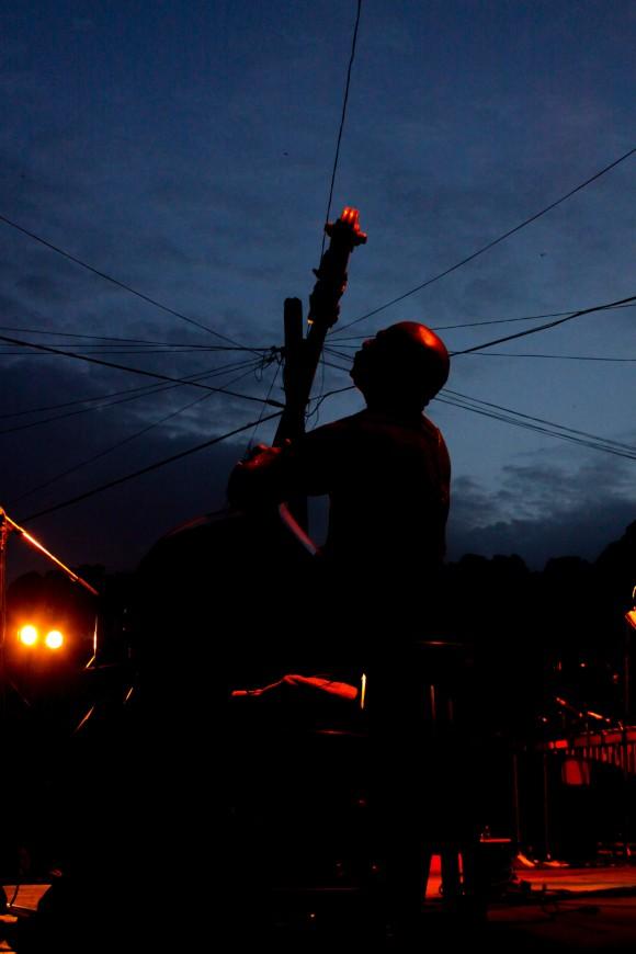Jorge Reyes: el bajo en alto. Foto: Alejandro Ramírez Anderson.