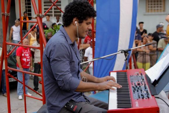 Jorge Aragón, uno de los músicos que acompañan a Silvio. Foto: Alejandro Ramírez Anderson.