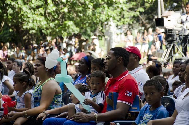Glorias del deporte cubano, como es el caso de Javier Sotomayor, participaron de este canto infantil por un mundo mejor