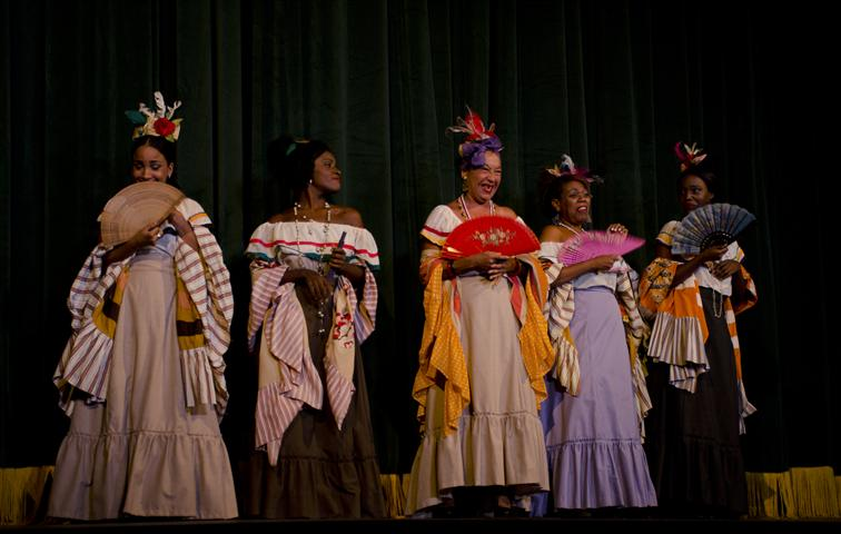 """El Teatro Lírico en un simpático momento de la zarzuela """"Cecilia Valdés"""": """"La estampa de las chismosas"""""""