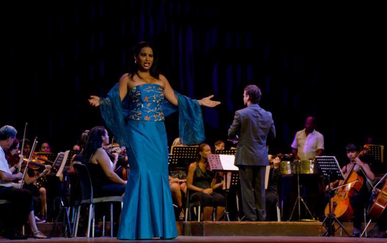 """La soprano Milagro de los Ángeles en la salida de """"Cecilia Valdés"""""""