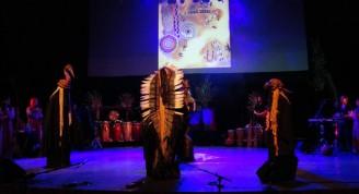 Silbatos mayas de la muerte, llamadores de pájaros, y otros instrumentos totémicos acompañan a los efectos digitales