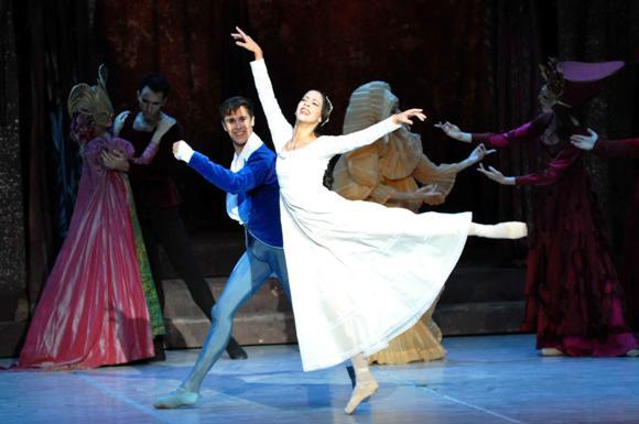 """""""Shakespeare y sus máscaras"""", interpretado por los primeros bailarines Anette Delgado y Dani Hernández, durante la inauguración del 24 Festival Internacional de Ballet de La Habana"""