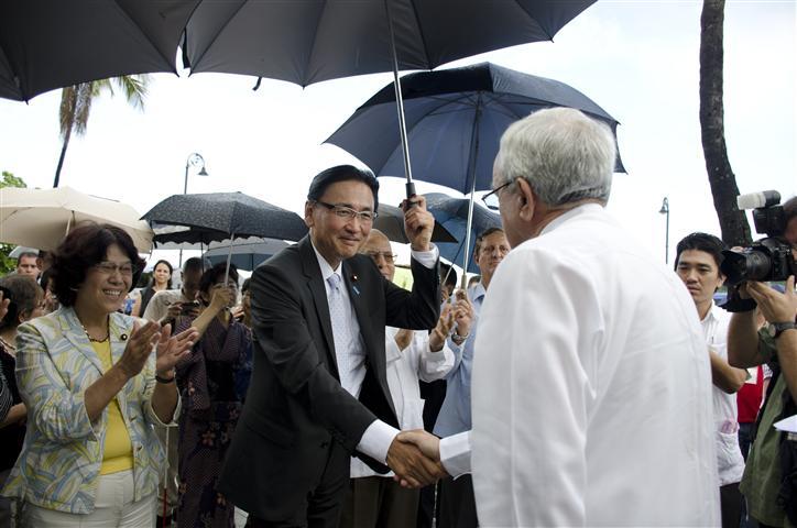 El Dr. Leal saluda al Sr.  Keiji Furuya, presidente de la Liga Parlamentaria de Amistad Japón–Cuba.