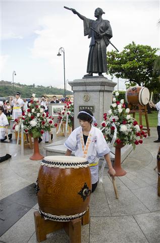 Estudiantes de la escuela escuela Sendai Ikuei hacen su demostración del tambor japonés tradicional