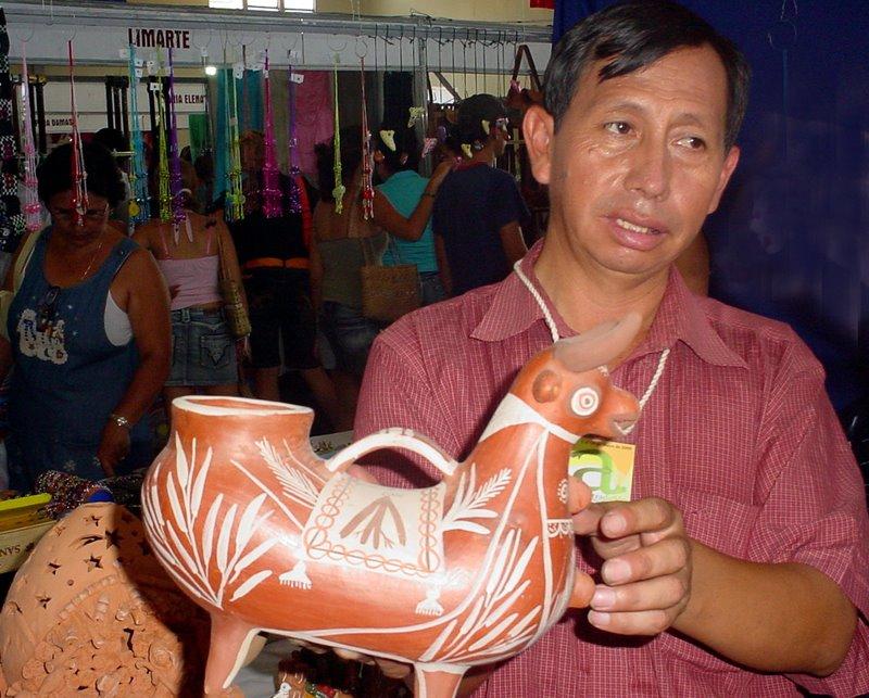 Virgilio Oré, muestra las artesanías de su tierra natal