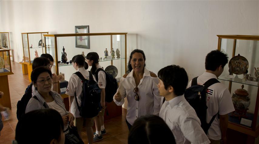 La directora de la Casa de Asia explica a los estudiantes las maravillas de esta institución