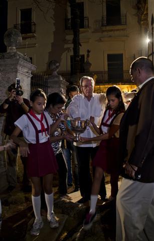 Pioneros de la escuela Ángela Landa junto al Historiador