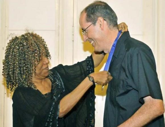 La Presidenta de la Academia Cubana, Nancy Morejón, fue una de las primeras en elogiar al destacado ensayista e investigador cubano Foto: Jose M. Correa/ Granma