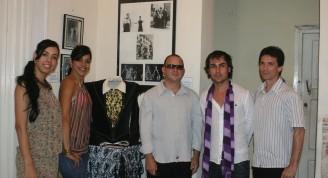 Eduardo Veitía, Francis Núñez y bailarines del BEC en la sala Noverre del Museo de la Danza, durante la exposición de fotos, carteles y programas del BEC, cuando la compañía creada en 1987 cumplía sus 25 años, (Foto: Ailen Maleta)