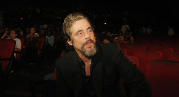 """Foto: El actor puertorriqueño Benicio del Toro espera para recibir el premio """"Coral de honor"""" en La Habana (Cuba). EFE/Ernesto Mastrascusa"""