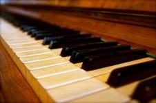 teclas-sound-music-piano-viejo-historicamente_121-92403