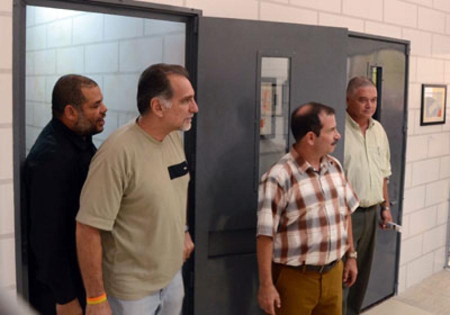 """René González, Fernando González y Alexis Leyva Machado, Kcho, en la inauguración de la """"Celda de castigo por la libertad"""""""