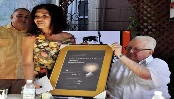 Marina Menéndez, directora del Diario Juventud Rebelde recibió el premio de manos de el Dr. Armando Hart. Foto: Roberto Garaicoa, tomada de Cubadebate