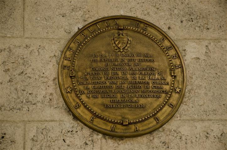 En la entrada del Palacio del Segundo Cabo se aprecia esta tarja