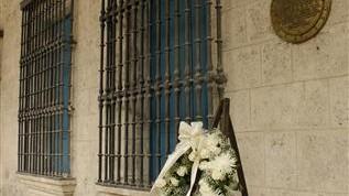 Tarja en homenaje al Coronel Néstor Aranguren