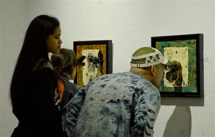 El público durante la inauguración de la muestra Tiempo de Collage