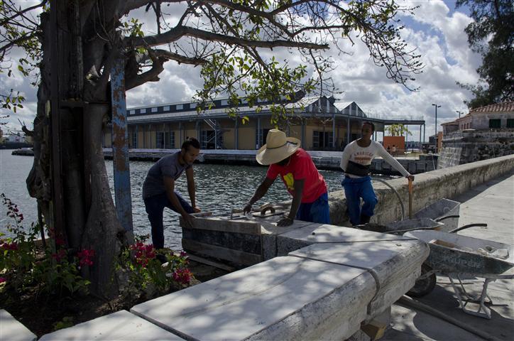 Trabajadores mientras terminaban los últimos detalles al tramo del Malecón de la Alameda de Paula / Foto Nadia Herrada