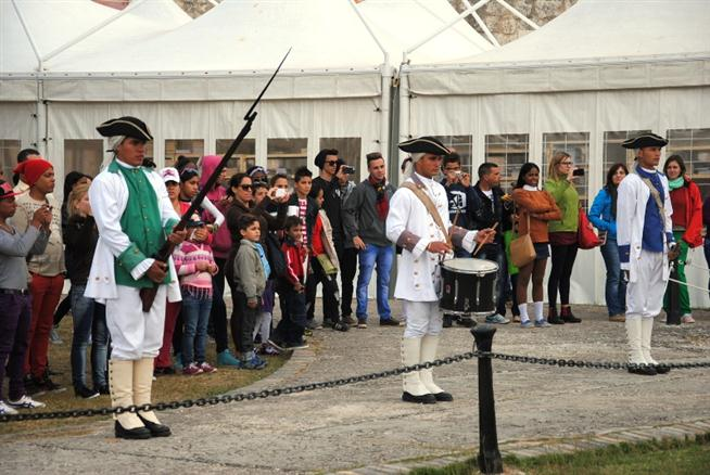 La ceremonia es custodiada por soldados escoltas, que cuidan el perímetro del reloj de sol.