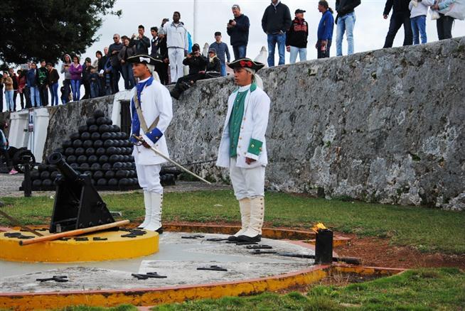 El oficial jefe y el artillero anuncian el disparo del cañón.