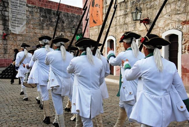 A la orden de retirada los soldados del Siglo XVIII retornan a su lugar de origen y La Cabaña vuelve a nuestros días.
