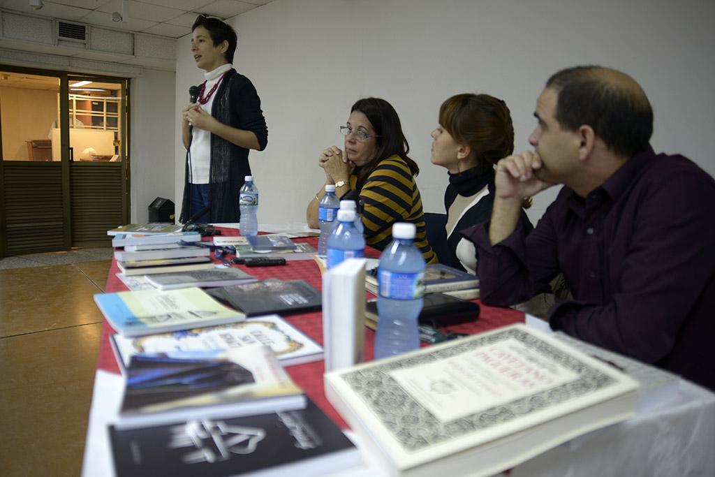 Miriam Escudero se refiere a los libros de música que presenta Boloña