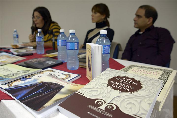 Vitalina Alfonso, editora jefa, Mylena Suárez, directora, y Joyce Hidalgo, diseñador, en conferencia de prensa