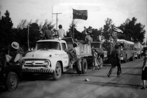 Imagen inédita del paso de la Caravana de la Libertad por Ciego de Ávila en las primeras horas de la mañana del 5 de enero de 1959.