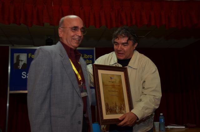 Oscar Zanetti, Premio Nacional de Historia 2014, recibe el galardón de manos de Julián González, Ministro de Cultura