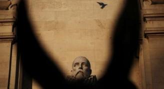 Un grupo de investigadores ha identificado restos que consideran que corresponderían al insigne escritor Miguel de Cervantes en una iglesia madrileña del siglo XVII en la que llevaban meses trabajando, informaron el martes en una rueda de prensa. En la imagen, la estatua de Cervantes en un monumento en su honor en la Plaza de España en el centro de Madrid el 7 de marzo de 2014. REUTERS/Susana Vera