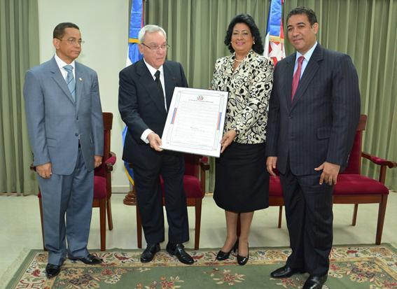 Leal recibe resolución de la presidenta del Senado, Cristina Lizardo