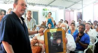El Dr. Armando Hart (C sentado), Director de la Oficina del Programa Martiano, hace entrega al cantautor Silvio Rodríguez Domínguez (I), de la Distincion Utilidad de la Virtud, en la Sede de la Sociedad Cultural José Martí (SCJM), en La Habana, Cuba, el 11 de marzo de 2015, en la gala dedicada al Día de la Prensa Cubana que se celebra el 14 de marzo. AIN FOTO/Oriol de la Cruz ATENCIO