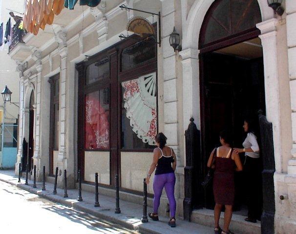 Muchos edificios en el Centro Histórico de La Habana comparten la dualidad entre establecimiento y vivienda