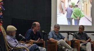 El director de la Casa de las Américas, Roberto Fernández Retamar junto al cantautor Silvio Rodríguez, el periodista uruguayo radicado en Cuba, Fernando Rasgver y el escritor Eduardo Eras. EFE/Ernesto Mastrascusa