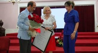 Entrega de la categoría Profesor de Mérito a Verónica Lynn (3)