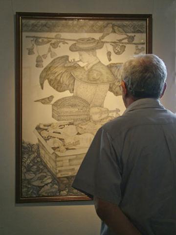 Durante la reapertura de la galería del Palacio de Lombillo, el Historiador observa uno de los cuadros expuestos / Foto Alexis Rodríguez - HR