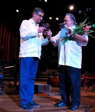 El Conservatorio Chaikovski de Moscú recibió de Cubadisco 2015 un premio de honor a través del Excelentísimo Señor Mijaíl Kaminin, embajador de la Federación Rusa de manos del maestro Frank Fernández. (Foto: Roberto Bello)