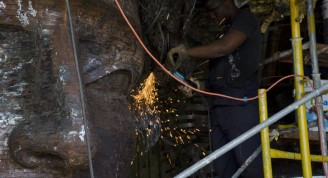 operarios trabajan en la terminación de la escultura2 (Small)