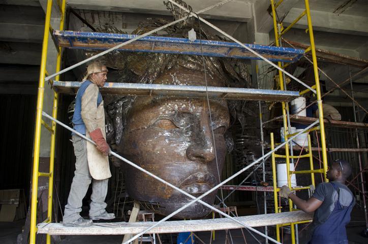 operarios trabajan en la terminación de la escultura3 (Small)