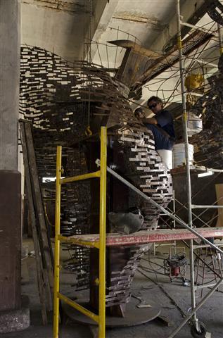operarios trabajan en la terminación de la escultura4 (Small)