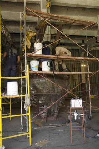 operarios trabajan en la terminación de la escultura5 (Small)
