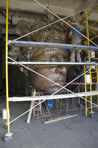 operarios trabajan en la terminación de la escultura6 (Small)
