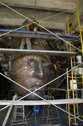 operarios trabajan en la terminacion de la escultura (Small)
