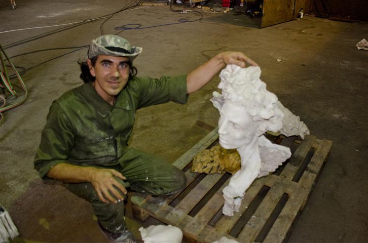Rafael muestra la maqueta de la escultura