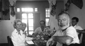 Ernest y Mary Hemingway en una cena con amigos en la Finca Vigía