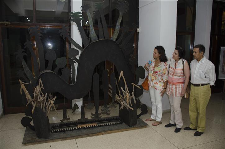 En el Centro Cultural Fresa y Chocolate, frente a una obra de Manuel Mendive