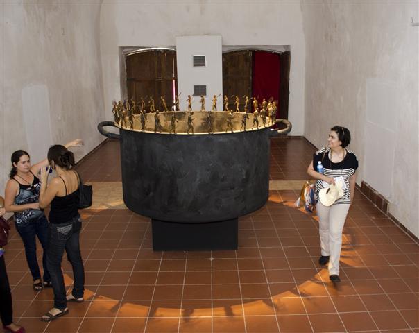 La señora María Amalia León visita una de las sedes de la 12 Bienal de La Habana, admirando una obra de Roberto Fabelo