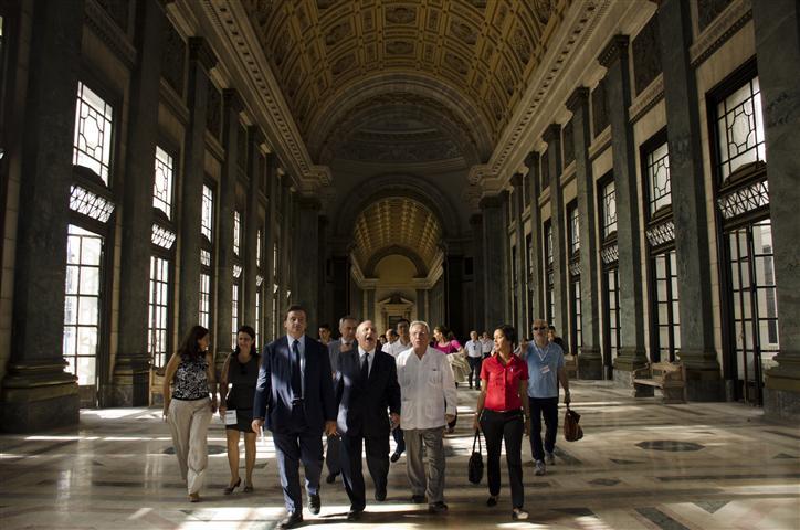 leal y visitantes italianos  recorren los salones (Small)